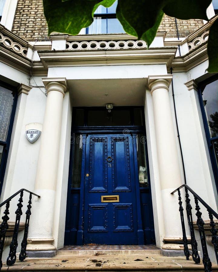 Blauwe deur stock fotografie