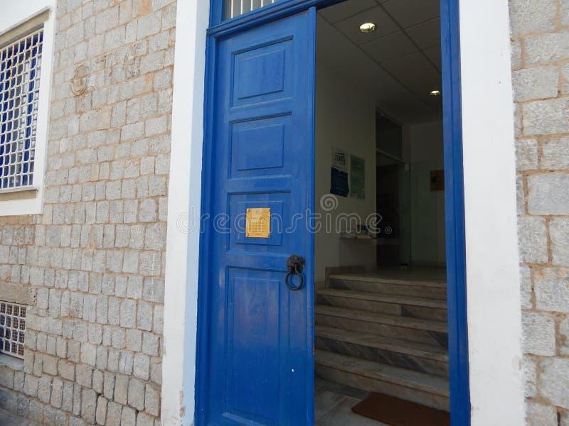 Blauwe deur stock foto
