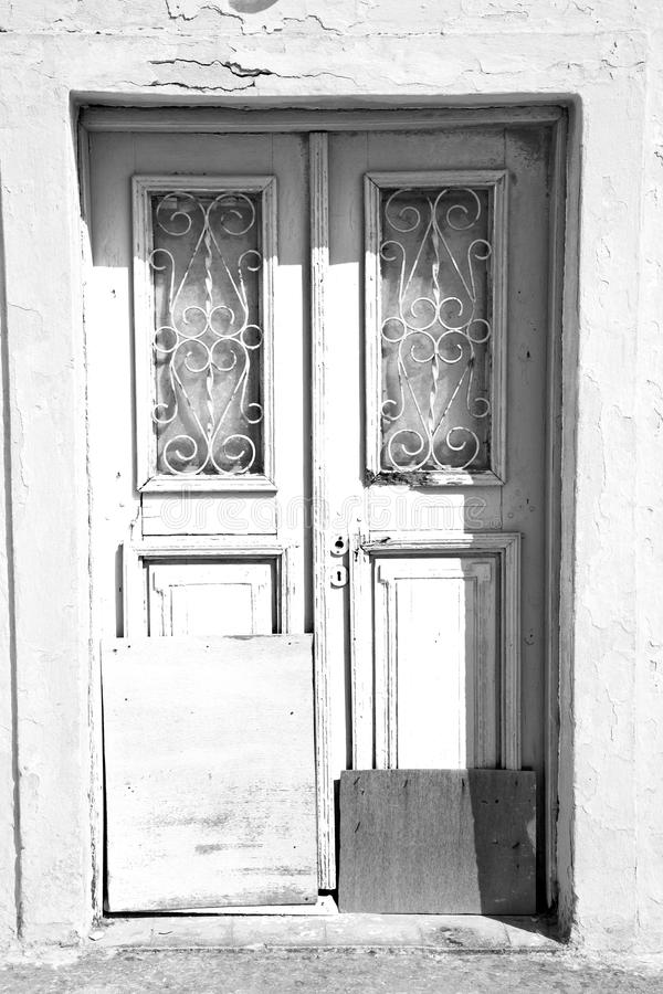 blauwe deur in antieke dorpssantorini Griekenland Europa en wit w stock foto