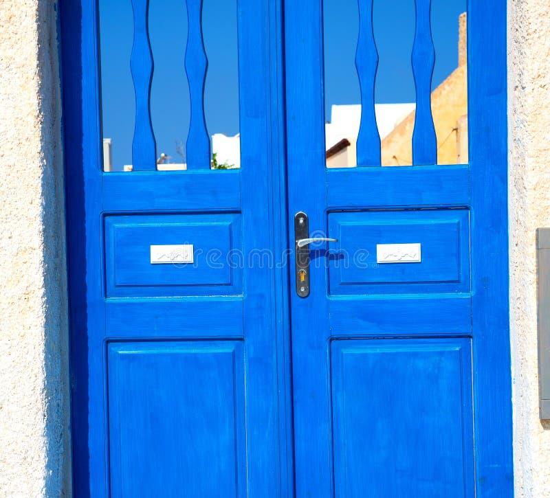 blauwe deur in antieke dorpssantorini Griekenland Europa en wit w royalty-vrije stock foto