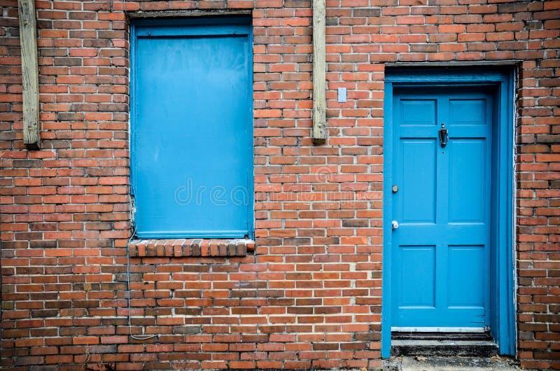 Blauwe deur en vensters, de baksteenbouw, Treme, New Orleans stock afbeelding