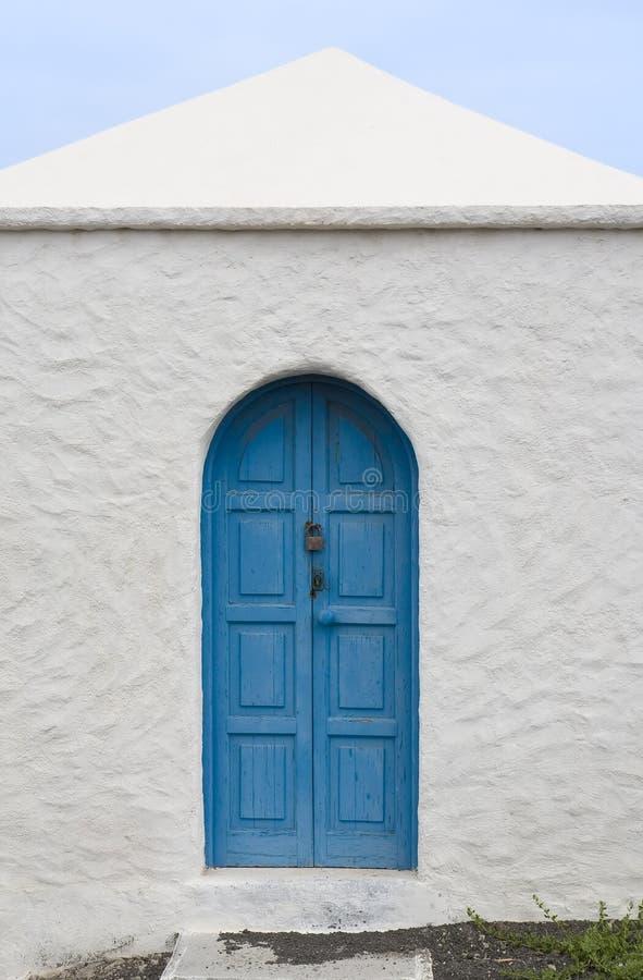Blauwe deur in Lanzarote stock afbeeldingen