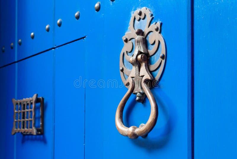 Blauwe deur met de kloppers van de metaaldeur in Cartagena, Colombia stock afbeeldingen