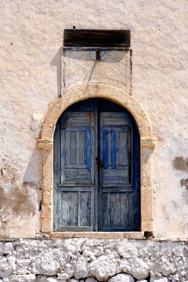 Blauwe deur met zonneklok royalty-vrije stock afbeelding
