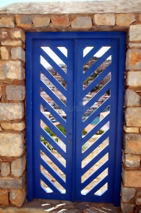Blauwe deur in steenmuur stock fotografie