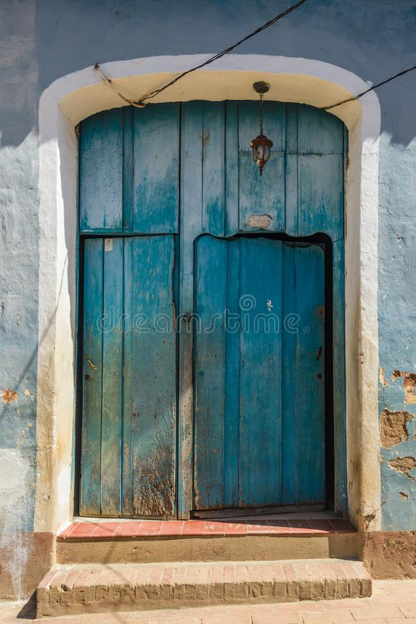 Blauwe deur Trinidad, Cuba stock foto