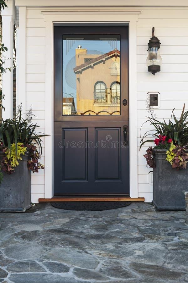Blauwe deur van huis in dag royalty-vrije stock foto