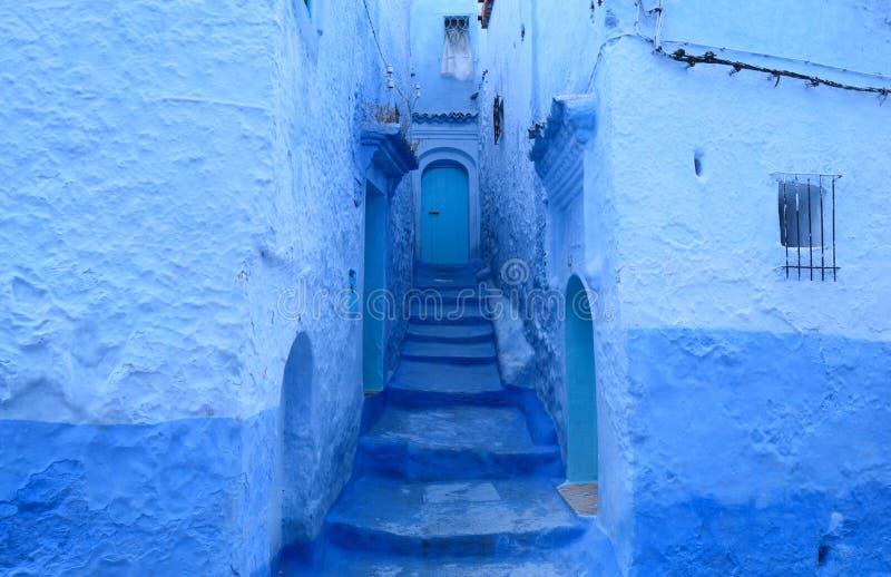 Blauwe deuren in Chefchaouen, Marokko stock fotografie