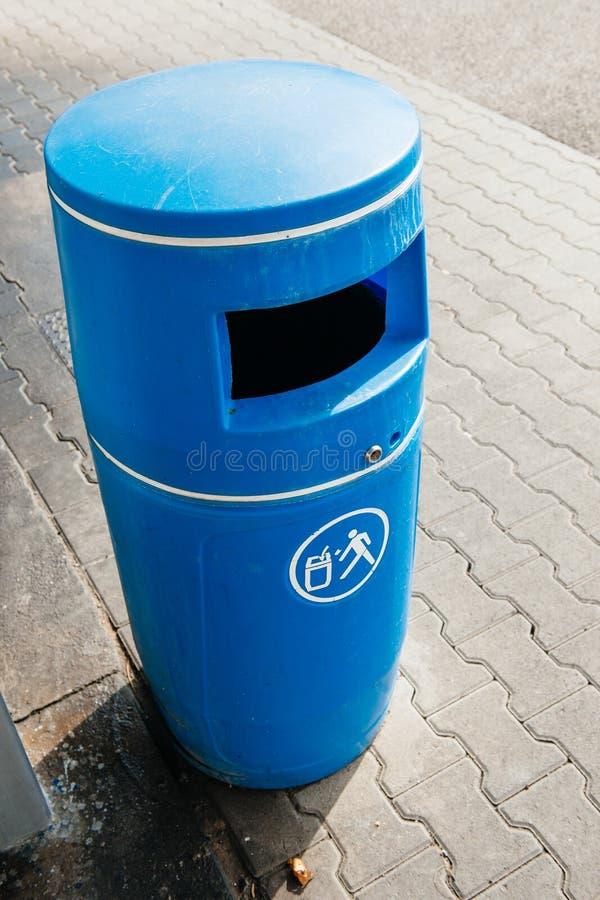 Blauwe die bak van plastiek wordt gemaakt stock foto's