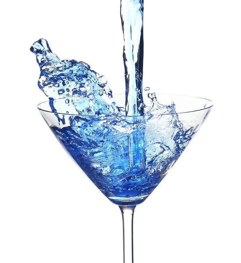 Blauwe die cocktail met plons, op wit wordt geïsoleerd royalty-vrije stock afbeeldingen