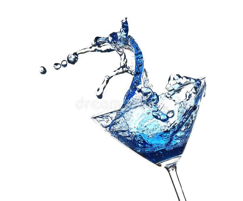 Blauwe die cocktail met plons, op wit wordt geïsoleerd stock fotografie