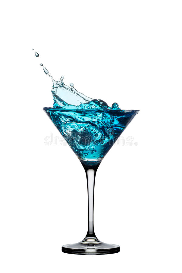 Blauwe die cocktail met plons op wit wordt geïsoleerdm stock fotografie