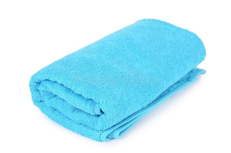 Blauwe die handdoek op witte achtergrond wordt geïsoleerd stock fotografie
