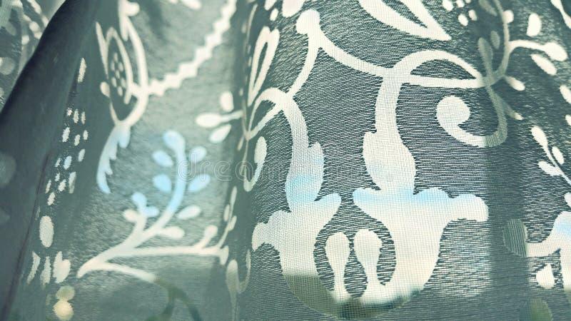 Blauwe die hemel door gordijn wordt gezien royalty-vrije stock afbeelding