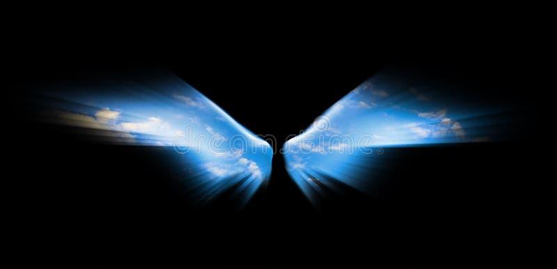 Blauwe die hemel in engelenvleugels op zwarte achtergrond worden geïsoleerd