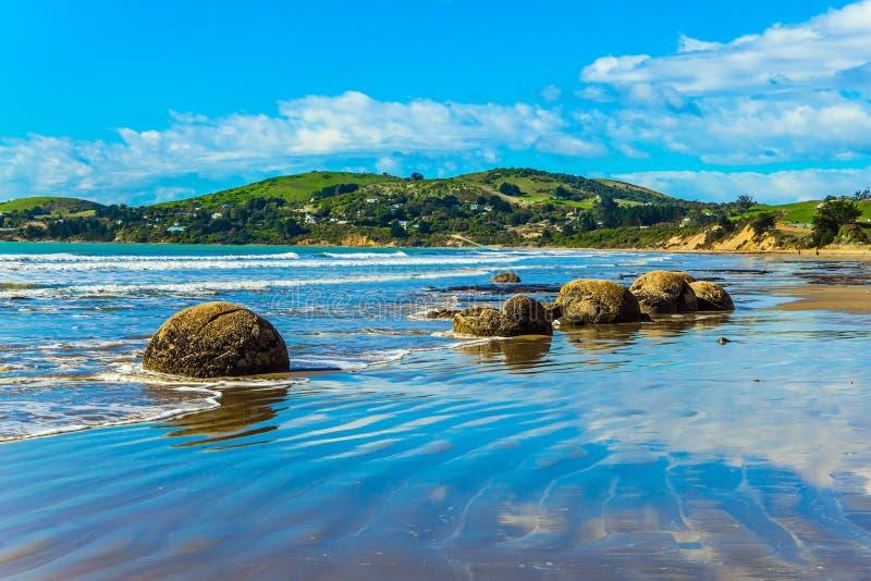 Blauwe die hemel in het natte zand wordt weerspiegeld stock fotografie