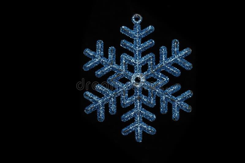 Blauwe die Kerstboomsneeuwvlok op zwarte achtergrond wordt geïsoleerd royalty-vrije stock foto's