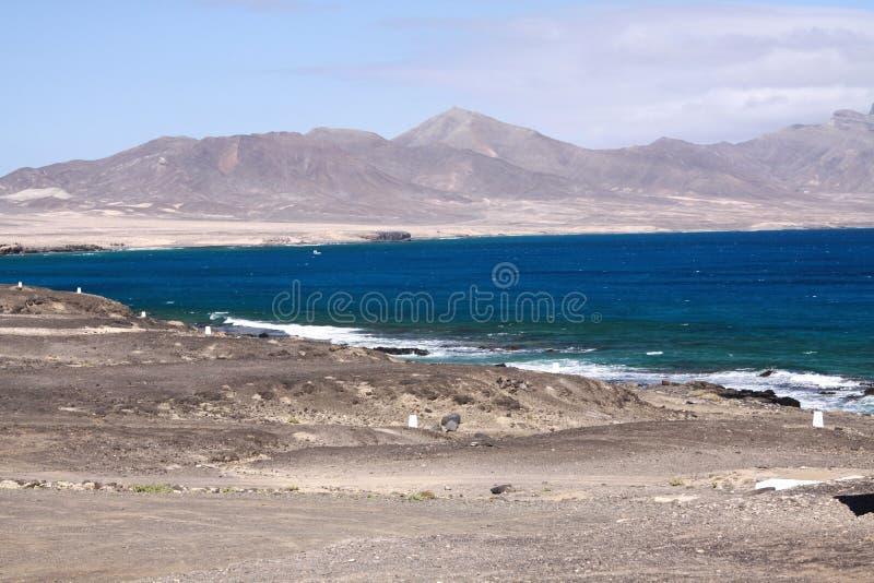 Blauwe die lagune door droge naakte zandduinen bij noordwestenkust wordt omringd van Fuerteventura, Canarische Eilanden royalty-vrije stock foto's