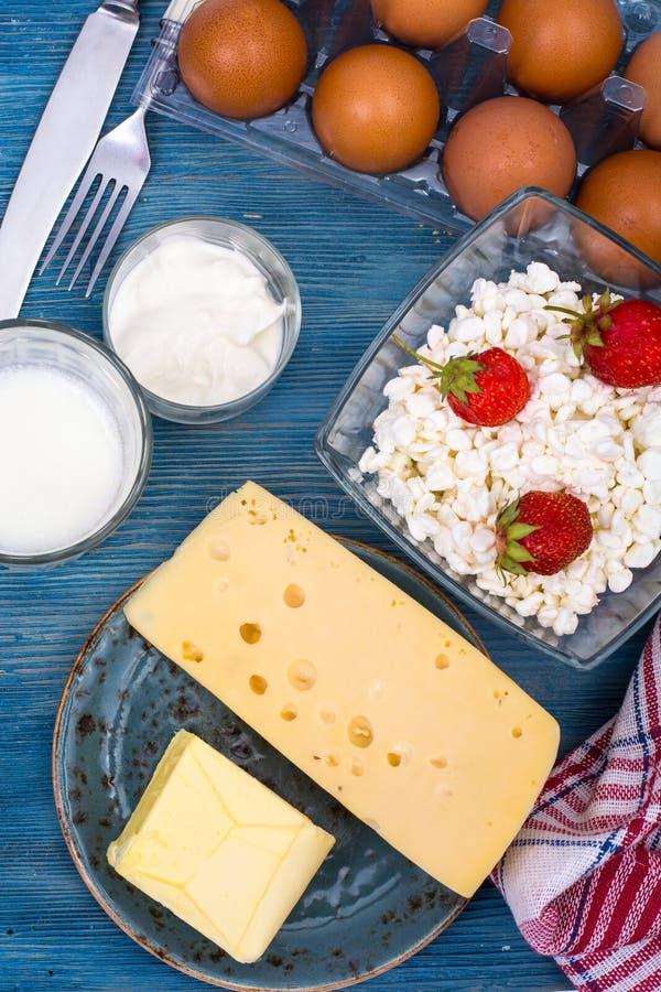 Blauwe die lijst, met zuivelproducten wordt gediend, hoogste mening stock afbeeldingen