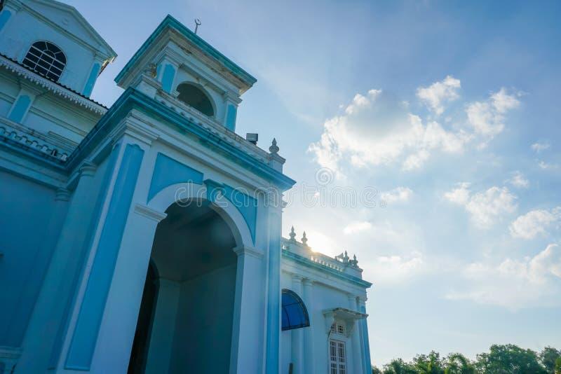 Blauwe die moskee van Sultan Ismail Mosque in Muar, Johor, Maleisië wordt gevestigd De architectuur is zwaar invloeden van Westel stock afbeeldingen