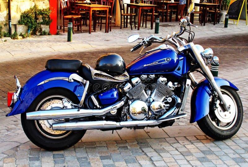 Blauwe die motorfiets opdat tentoonstelling wordt gemaakt royalty-vrije stock afbeelding