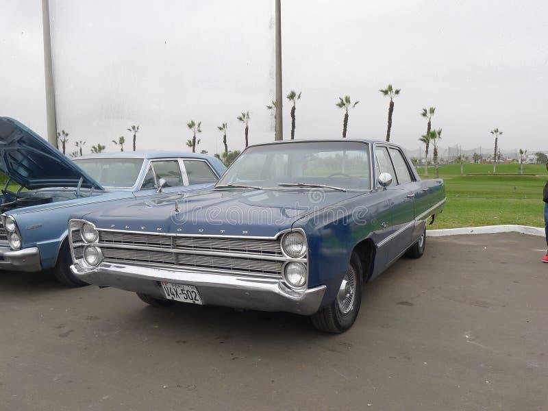 Blauwe die Plymouth-Woedesedan in Lima wordt tentoongesteld stock foto