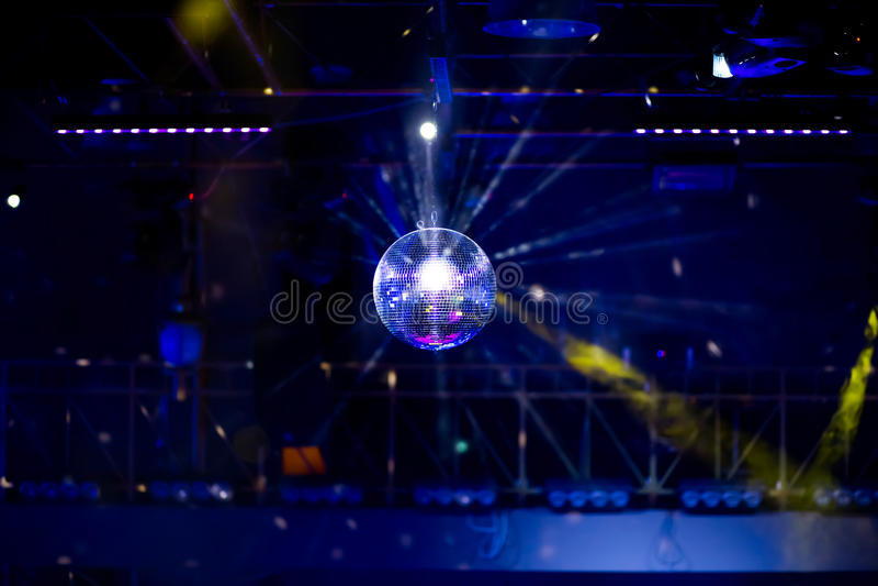 Blauwe discoachtergrond met spiegelbal stock afbeelding