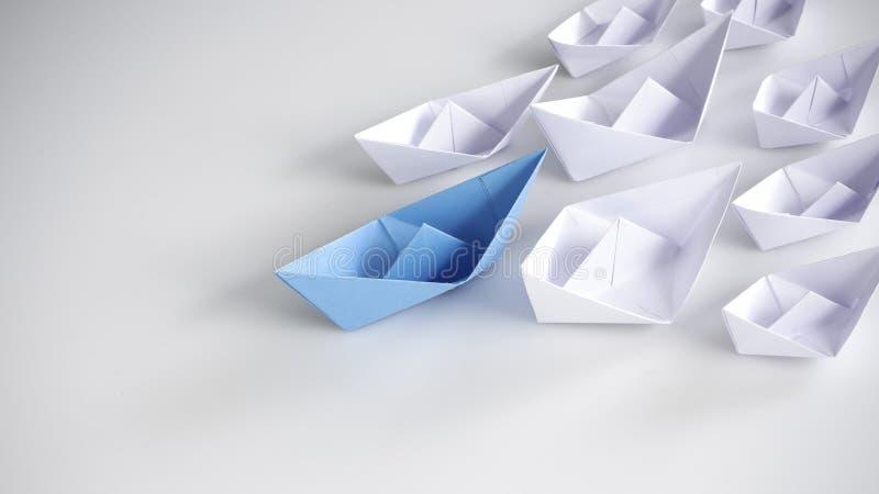 Blauwe document boot die onder witte schepen leiden stock foto's
