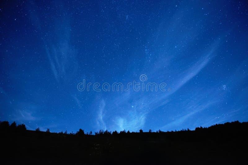 Blauwe donkere nachthemel met sterren. stock foto's
