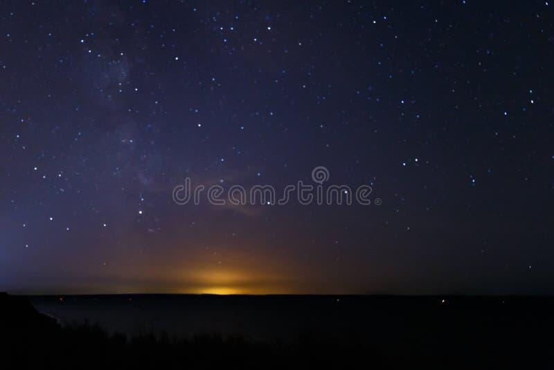 Blauwe donkere nachthemel met vele sterren De melkachtige achtergrond van de manierkosmos De sterren in de nachthemel Sterrige bl royalty-vrije stock fotografie