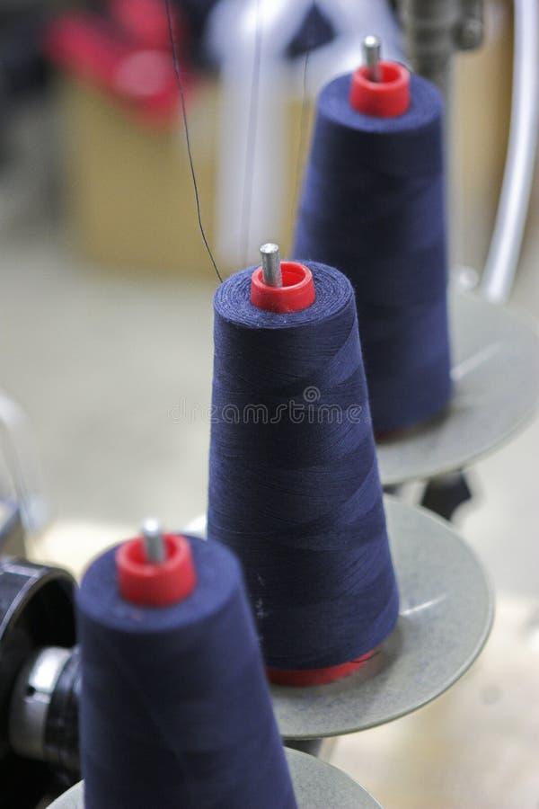 Blauwe draad op rode spoelen royalty-vrije stock afbeelding
