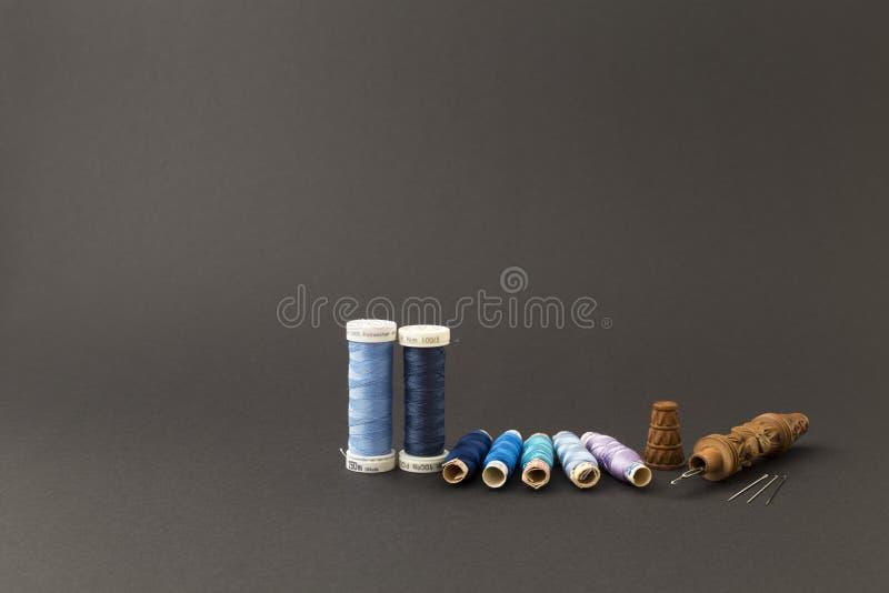 Blauwe draadspoelen met naalden royalty-vrije stock foto's