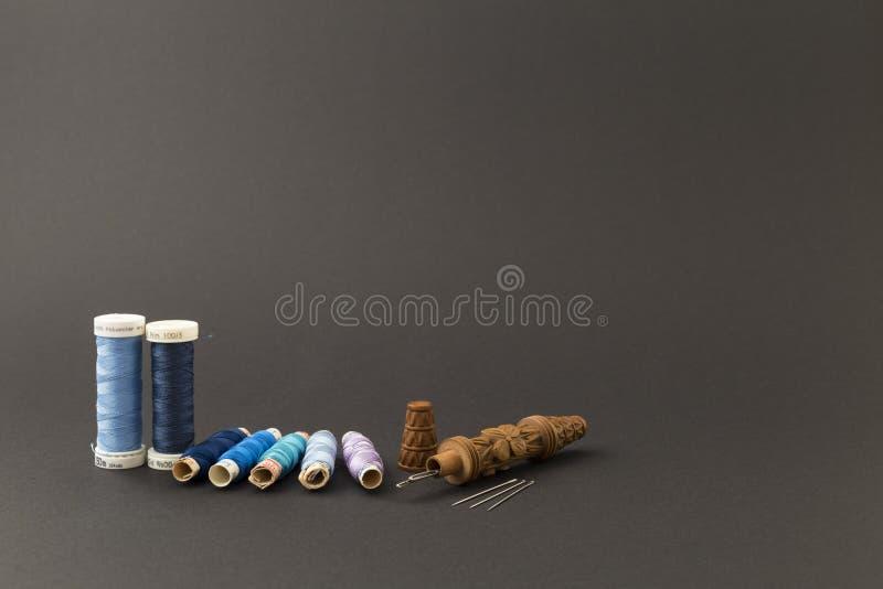 Blauwe draadspoelen met naalden stock foto's