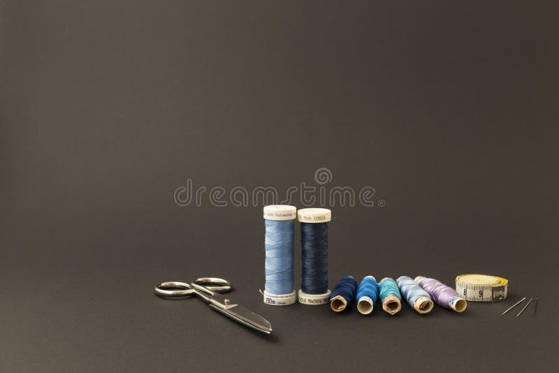 Blauwe draadspoelen met schaar stock foto