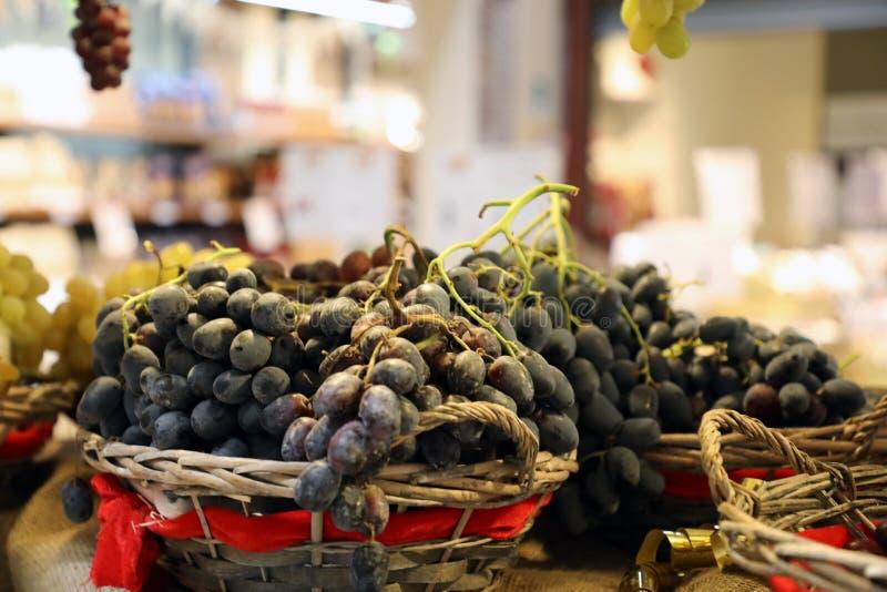 blauwe druiven in rieten manden stock afbeelding