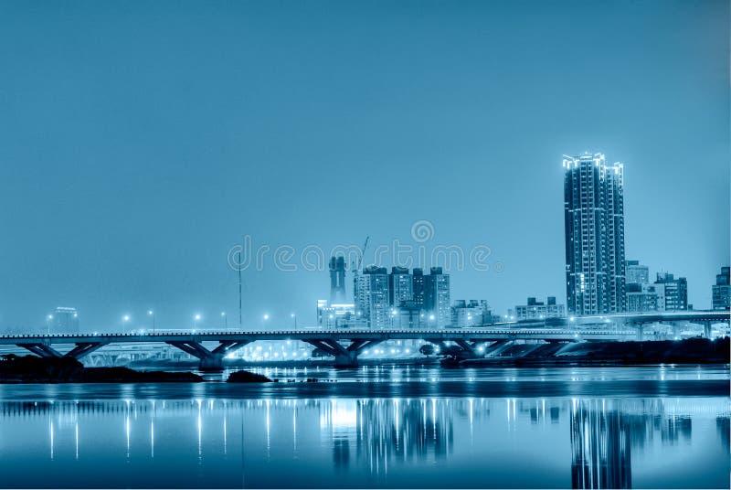 Blauwe eenzame stadsnacht royalty-vrije stock fotografie