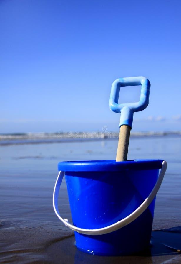 Blauwe Emmer en spade stock foto