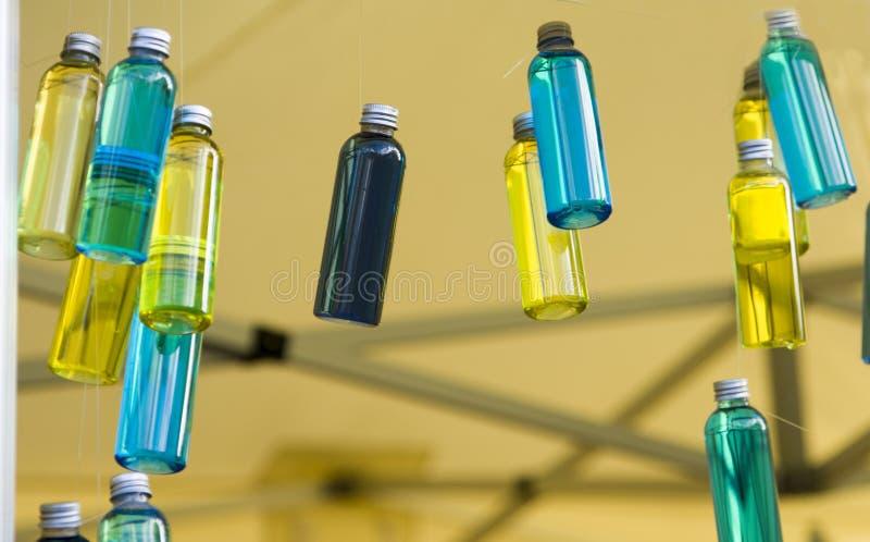 Blauwe en gele flessen met essentieolie royalty-vrije stock fotografie