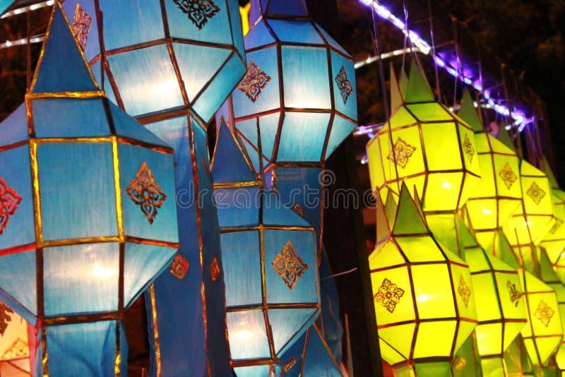 Blauwe en gele Lanna-lantaarnlamp in Loy Kratong Festival, of vraag Yee Peng Festival bij noordelijk van Thailand stock fotografie