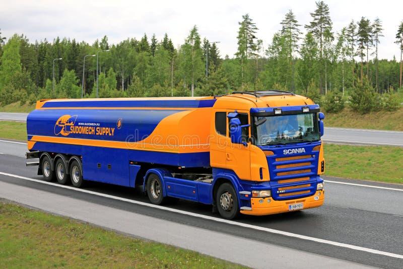 Blauwe en Gele Semi de Tankwagenvervoer van Scania stock afbeeldingen