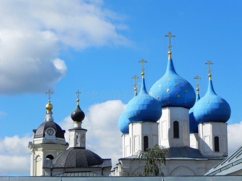 Blauwe en gouden koepels op de Kerk Mooie koepels op de Russische Kerk Details en close-up royalty-vrije stock afbeelding