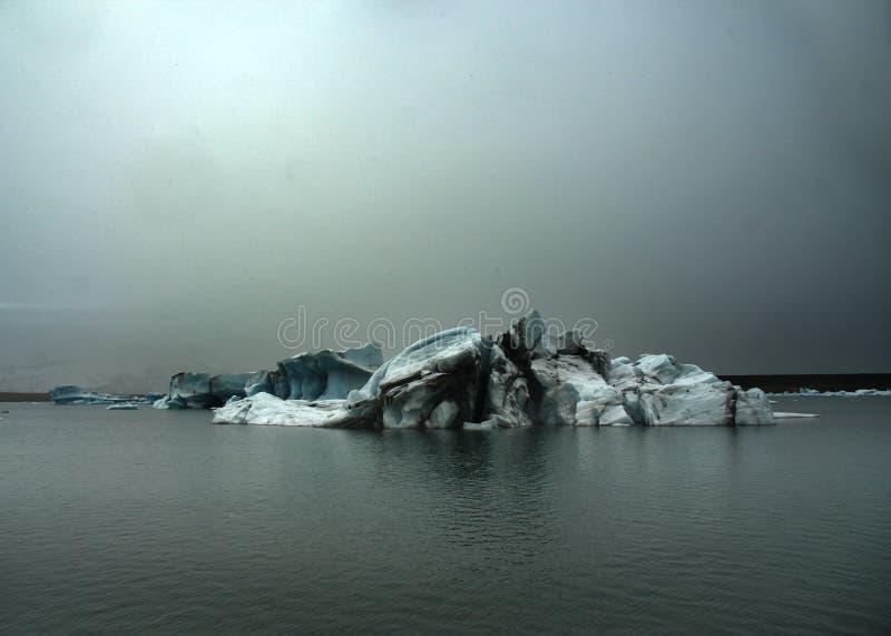 Blauwe en grijze ijsberg in IJSLAND royalty-vrije stock afbeeldingen