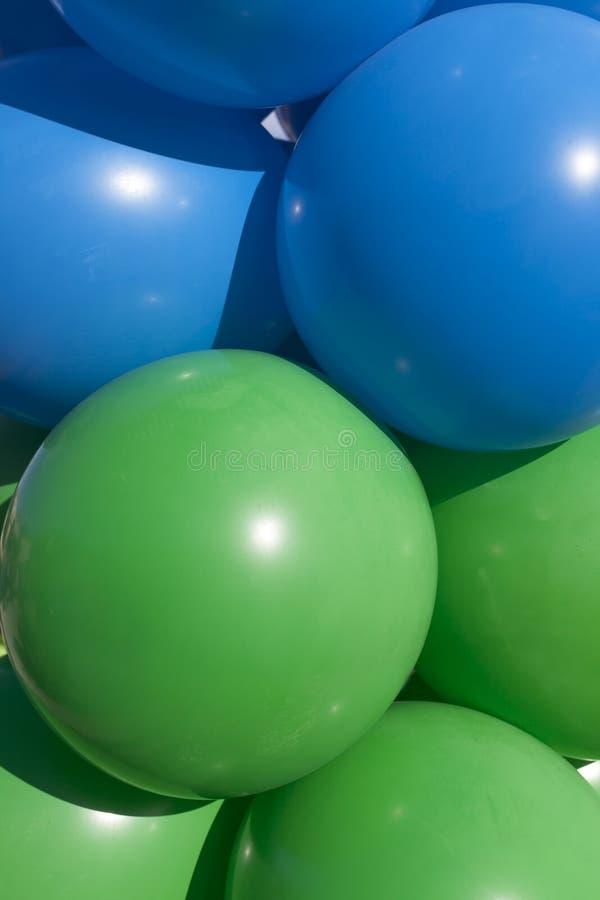 Blauwe en groene ballonsclose-up royalty-vrije stock afbeeldingen