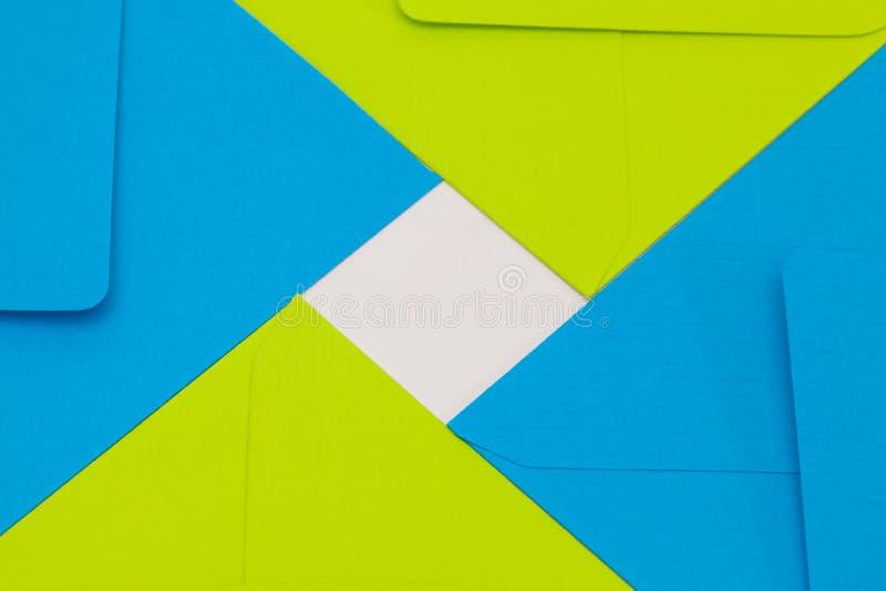 Blauwe en groene enveloppen op de witte lijst royalty-vrije stock foto's