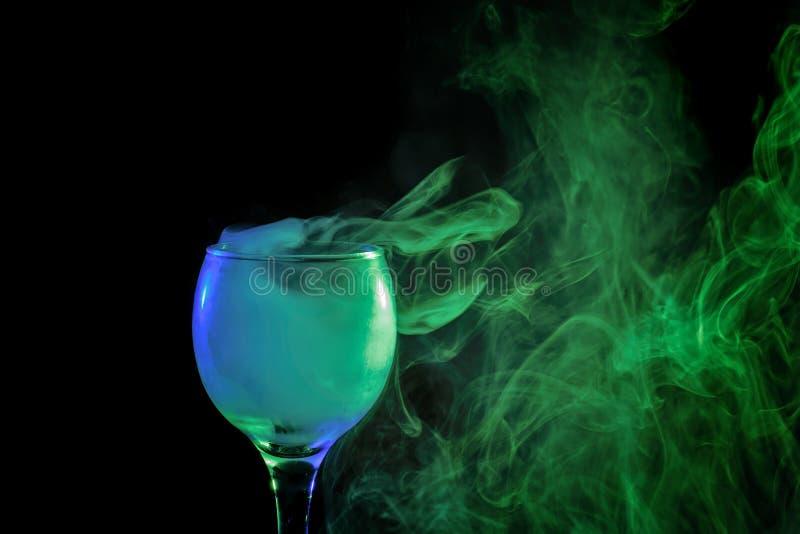 Blauwe en groene rook in een glas Halloween stock afbeelding