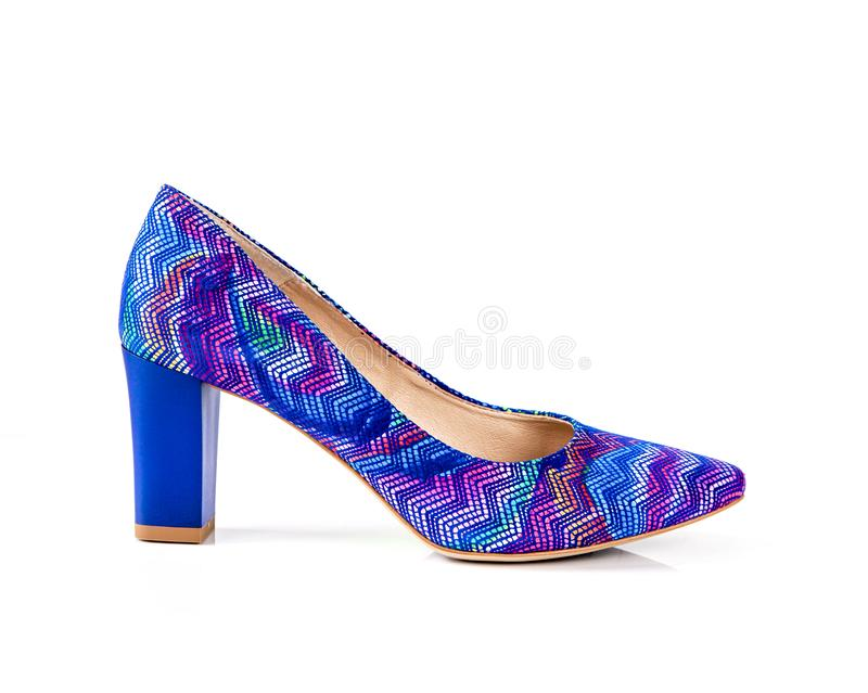 Blauwe en magenta de vrouwenschoenen van de patroon hoge die hiel op witte achtergrond worden geïsoleerd stock afbeelding