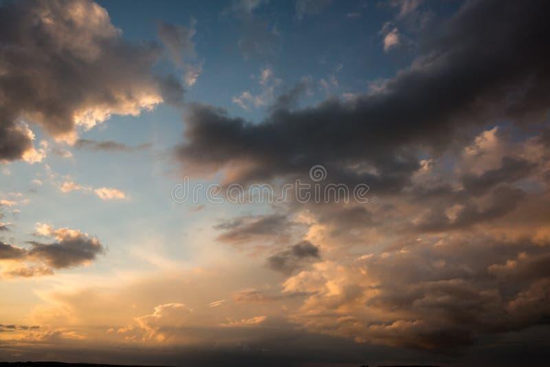 Blauwe en oranje hemel met wolken stock illustratie