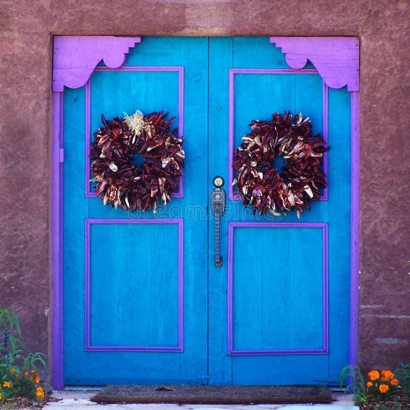 Blauwe en purpere die deuren met de kronen van Spaanse peperristra worden versierd royalty-vrije stock foto
