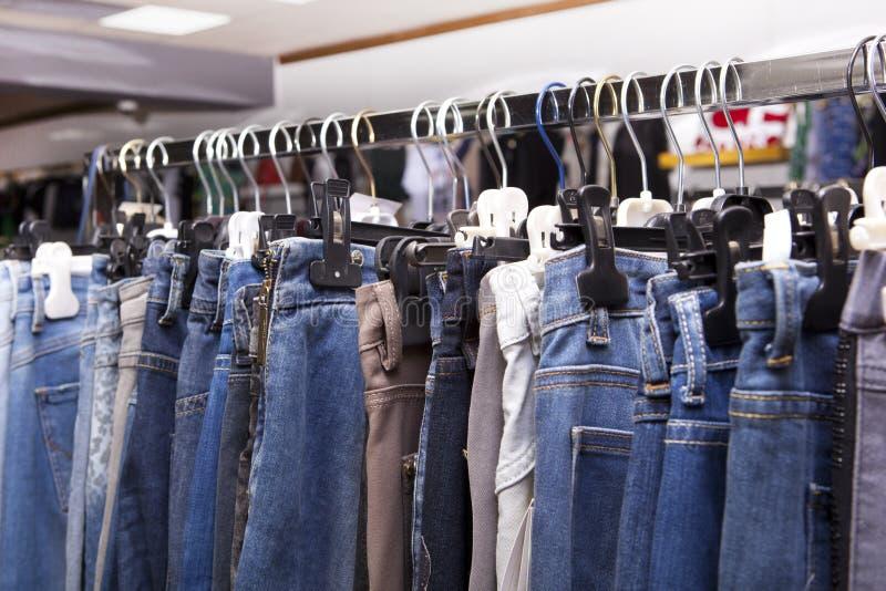 Blauwe en purpere jeans in een winkel royalty-vrije stock fotografie