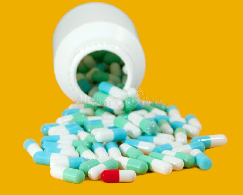 Blauwe en rode capsulepillen stock foto